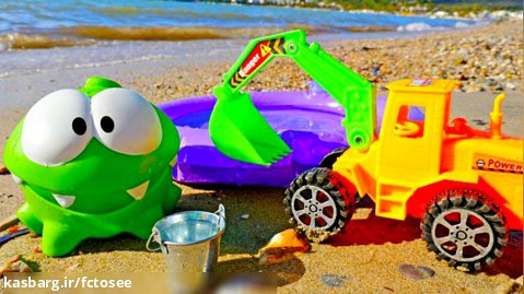 ام نوم در حال ساخت استخر در ساحل است - فیلم کنار دریا برای کودکان